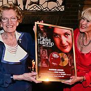 NLD/Zeist/20110310 - Mieke Telkamp krijgt Gouden DVD Award uit handen van Anneke Gronloh,