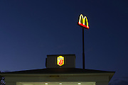 Het bord van de McDonalds bij het Super8 hotel in Battle Mountain, NV.<br />