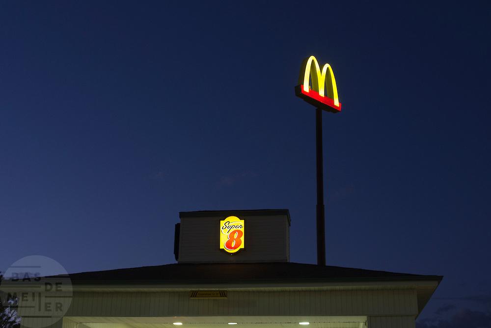 Het bord van de McDonalds bij het Super8 hotel in Battle Mountain, NV.<br /> <br /> The sign of the McDonalds near the Super 8 Motel in Battle Mountain.