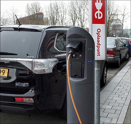 Nederland, Amsterdam, 18-2-2015Electrische auto, Mitsubishi Outlander, staat op te laden aan een oplaadpaal.FOTO: FLIP FRANSSEN/ HOLLANDSE HOOGTE