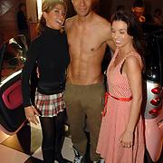 NLD/Amsterdam/20060328 - Modeshow Judith Osborn 2006, Valerie Zwikker en Rosanna Lima met een mannelijk naaktmodel