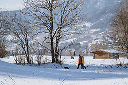 THEMENBILD - ein Paar mit Hund beim spazieren gehen am Winterwanderweg, aufgenommen am 10. Januar 2021 in Zell am See, Oesterreich // A couple with a dog walking along the winter hiking trail in Zell am See, Austria on 2021/01/10. EXPA Pictures © 2021, PhotoCredit: EXPA/ JFK
