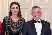 Officieel bezoek Jordanie aan Nederland - Dag 1<br /> <br /> Officiele foto voorafgaand aan het staatsdiner <br /> <br /> Official visit Jordan to the Netherlands - Day 1<br /> <br /> Official photo prior to the state dinner<br /> <br /> Op de foto / On the photo: <br /> <br />  koning Abdullah II en koningin Rania / King Abdullah II and Queen Rania