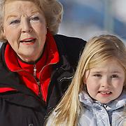 AUD/Lech/20110219 - Fotosessie Nederlandse Koninklijke Familie 2011 op wintersport in Lech, Beatrix en kleindkind Amalia