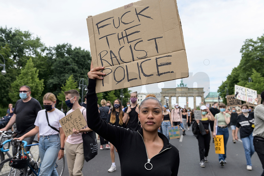 "04 JUL 2020, BERLIN/GERMANY:<br /> Demonstratin mit Plakat ""Fuck the Racist Police"", Demonstration gegen Rassismus unter dem Motto ""Black Lives Matter"" auf der Strasse des 17. Juni<br /> IMAGE: 20200704-01-013<br /> KEYWORDS: Demonstraten, Demonstrant, Demonstratin, Demo, Protest, protester, Protesters, PoC, Brandenburger Tor"