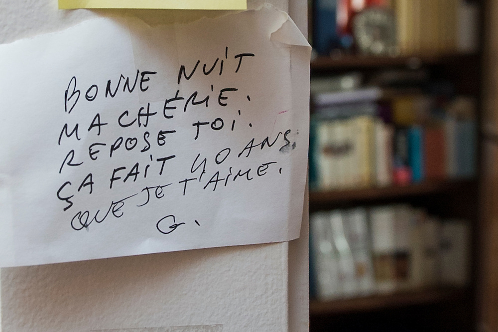 """March 6, 2015, Paris, France. Post-it notes decorate the Paris' apartment where Georges and Maryse Wolinski lived. French Cartoonist Georges Wolinski (1934 –2015) wrote daily post-it notes to his wife Maryse Wolinski (1943, Algiers). Two month after the death of Georges Wolinski, the apartment is full of souvenirs and notes, attesting a half-century-long love affair: """"Good night my Darling, rest well, it has been 40 years that I love you, G.""""  <br /> The cartoonist Georges Wolinski was 80 ye<br /> ars old when he was murdered by the French jihadists Chérif en Saïd Kouachi, he was one of the 12 victims of the massacre in the Charlie Hebdo offices on Janua<br /> ry 7, 2015 in Paris. Charlie Hebdo published caricatures of Mohammed, considered blasphemous by some Muslims. During his life, Georges Wolinski defended freedom, secularism and humour and was one of the major political cartoonists in France. The couple was married and had lived for 47 years together. Photo: Steven Wassenaar"""