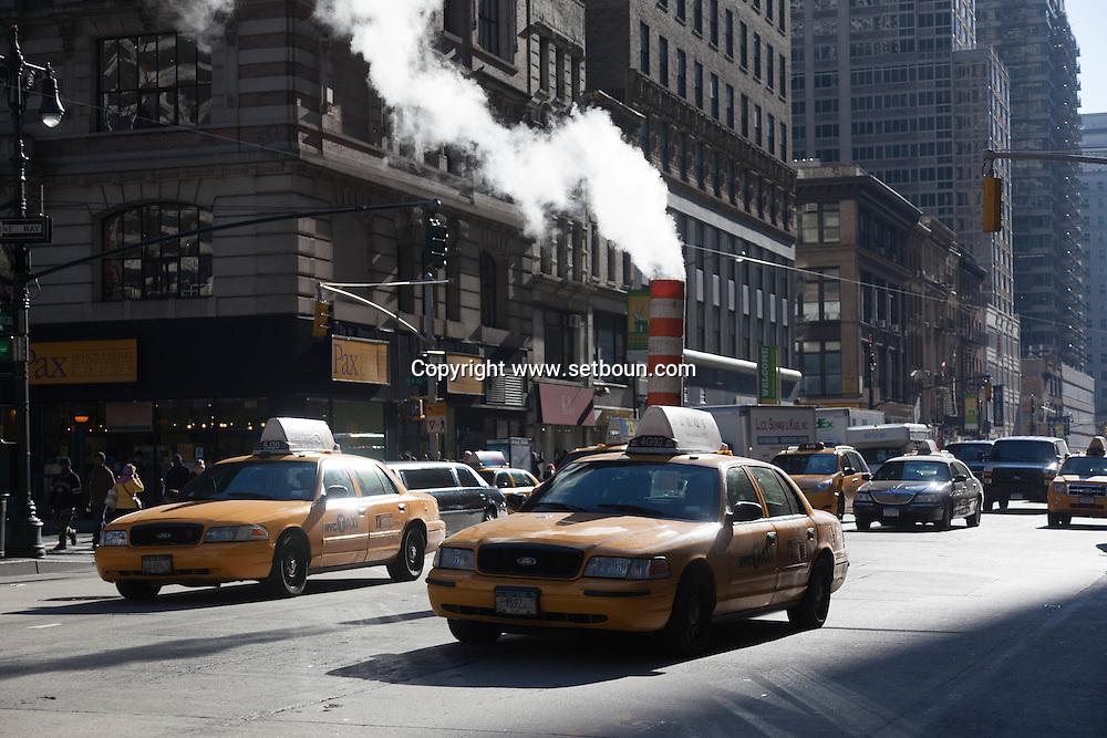 New York car traffic on sixth avenue /  circulation automobile sur la sixieme avenue