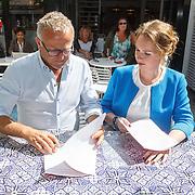 """NLD/Blaricum/20150709 - Ondertekening boekcontract door Gordon en Bianca Krijnen - Splint genaamd  """"Ik ben niet van Suiker"""","""