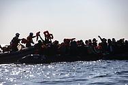 'Andremo in area SAR', l'acronimo inglese per area di ricerca e salvataggio, aveva annunciato Giorgia Linardi, portavoce del'ONG Sea Watch, appena prima di partire da Licata il 30 dicembre scorso. E cosi è stato. Appena dieci giorni dopo la nave da soccorso battente bandiera tedesca si è trovata ad affrontare una lunga giornata di soccorsi nelle acque internazionali davanti alle coste libiche. Il primo  gommone intercettato in mattinata con circa 60 persone, uomini ,donne e bambini, di cui uno di pochi mesi, tutti dai paesi dell'Africa occidentale. Più tardi nella serata una piccola barca ormai persa nel buio, a bordo delle famiglie libiche, anche loro costretti a fuggire il proprio paese in guerra. Passata la mezzanotte un terzo caso più a nord, nell'area di ricerca Maltese. Altra barca con parecchie decine di persone a bordo infreddolite e provate dal mal di mare, lasciate alla deriva dall'indifferenza della guardia costiera competente.<br /> L'annuncio di Giorgia Linardi si concludeva con una speranza: '… che l'Europa conceda un porto senza ritrovarsi ancora in una logorante attesa mentre i singoli stati cercano accordi fra di loro.'<br /> Adesso la Sea Watch 3 attende quel porto dove sbarcare i 119 naufraghi assiepati sul ponte della nave. <br /> Federico Scoppa