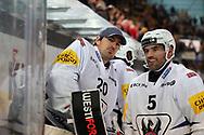 Reto Berra und Philippe Furrer (Fribourg) sind enttaeuscht nach dem Spiel der National League zwischen den SC Rapperswil-Jona Lakers und dem HC Fribourg-Gotteron, am Freitag, 22. Oktober 2021, in der St. Galler Kantonalbank Arena Rapperswil-Jona. (Thomas Oswald)