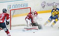 Ishockey , Get-Ligaen<br /> 25.02.14<br /> Hamar OL-Amfi<br /> Storhamar v Lillehammer  4-1<br /> Foto : Dagfinn Limoseth , Digitalsport<br /> Joe Fallon , Lillehammer og Joakin E. Jensen , Storhamar