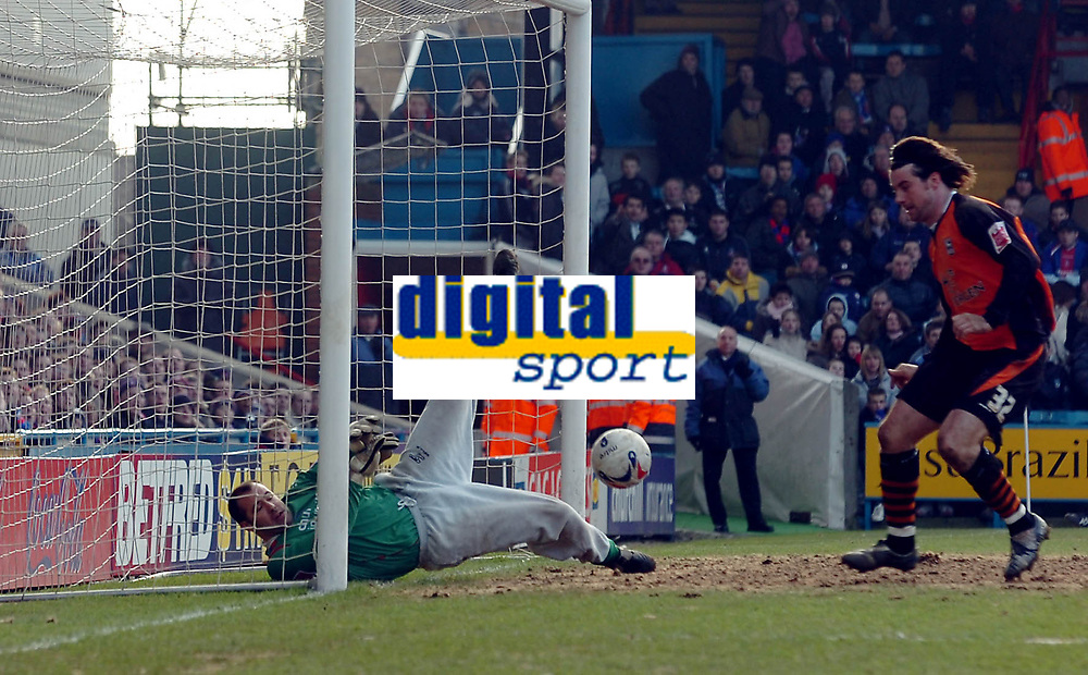 Photo: Kevin Poolman.<br />Crystal Palace v Ipswich Town. Coca Cola Championship. 18/03/2006. <br />Palace keeper Gabor Kiraly can't keep the ball out for Ipswich's first goal watched by Alan Lee.