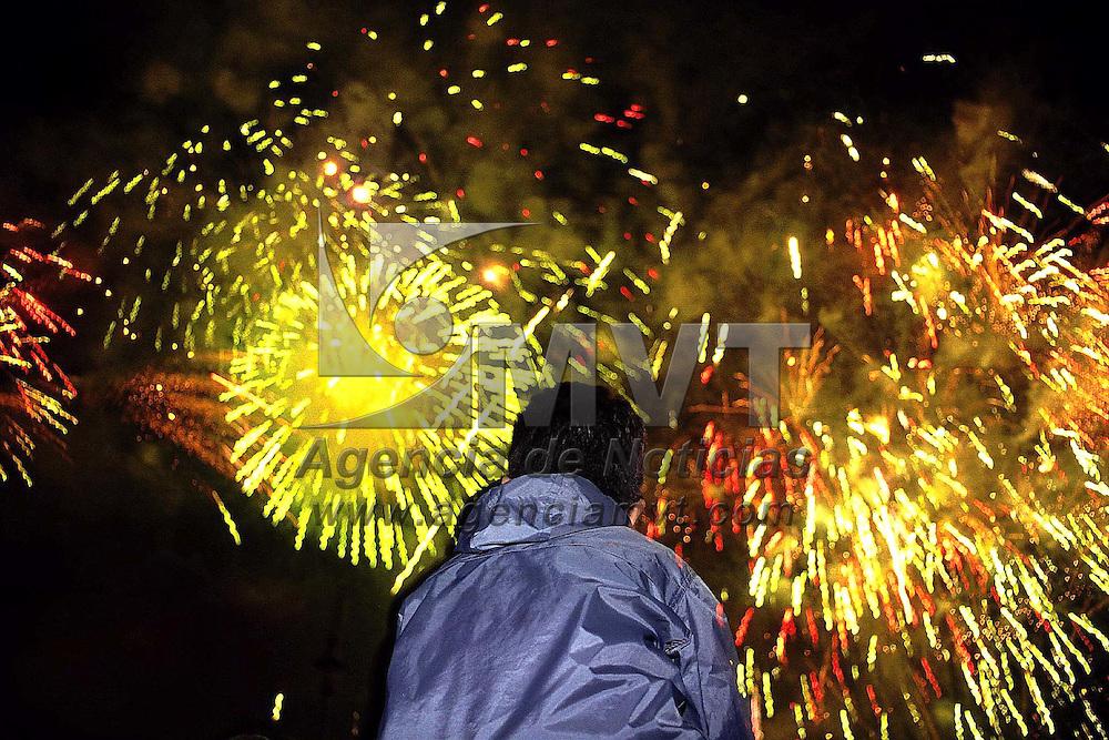 Toluca, Méx.- Juegos pirotecnicos en la celebración del día de Independencia de México en la plaza de los Martires de la ciudad de Toluca. Agencia MVT / Mario Vázquez de la Torre.