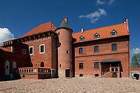 Tykocin, woj podlaskie, 30.04.2011. N/z od 30 kwietnia mozna zwiedzac odbudowany przez przedsiebiorce z Bialegostoku zamek krolewski z XV wieku. Bedzie tu centrum konferencyjne z hotelem. Do zwiedzania udostepione sa mury zamku, baszta oraz dwie sale rycerskie *** The Tykocin Royal Castle is a 15th-century castle located on the right bank of the river Narew in Tykocin, Poland *** fot Michal Kosc / AGENCJA WSCHOD
