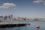 Ragazzi si tuffano da un molo abbandonato nel Mar Grande di Taranto. Christian Mantuano/OneShot