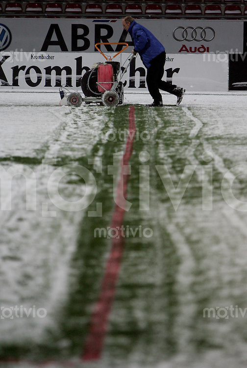 Braunschweig , 260107 , Saison 2006/2007 ; Fussball 2.Bundesliga Eintracht Braunschweig - FC Carl Zeiss Jena  Das Spielfeld im Braunschweiger Stadion wird vom Schnee befreit