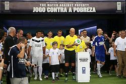 """Ronaldo, Pierluigi Collina, Zidane e equipe entram em campo para o """"Jogo Contra a Pobreza"""", um amistoso em apoio contra a fome liderada pelo Programa de Desenvolvimento das Nações Unidas (PNUD), entre as equipes """"Amigos de Ronaldo"""" e """"Amigos de Zidane"""" no estádio """"Arena do Grêmio"""" em Porto Alegre em 19 de dezembro de 2012. FOTO: Jefferson Bernardes/Preview.com"""