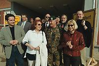 29 APR 2001, PRISTINA/KOSOVO:<br /> Heiko Maas (R), MdL, Fraktionsvorsitzender SPD Saarland, Brigitte Schulte (2.v.R.), SPD, Parl. Staatssekretaerin im Bundesverteidigungsministerium, Brigadegeneral Wolf-Dieter Langheld (M), Kommandeur des deutschen Heereskontingents KFOR, Ulrike Merten (2.v.L.), MdB, SPD, Johannes Kahrs (R), MdB, SPD, waehrend eines Besuches beim deutschen KFOR-Kontingent im Kosovo und Mazedonien<br /> IMAGE: 20010429-01/04-21<br /> KEYWORDS: KFOR, Gespräch, Soldat, Soldier, Bundeswehr