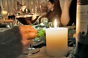 Nederland, Nijmegen, 1-1-2019In de nacht van oudjaar op nieuwjaar zit een vriendenclub bij elkaar en viert nieuwjaar met drank en eten, hapjes. Foto: Flip Franssen