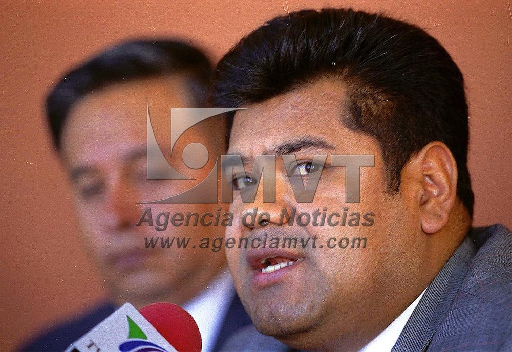 Toluca, Méx.- Los diputados independientes Juan Abad de Jesus y Fernando Galàn en conferencia de prensa. Agencia MVT / Mario Vázquez de la Torre.