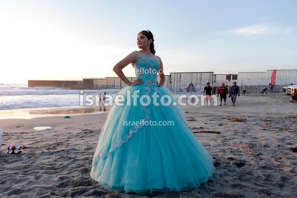 Es común que las quinceañeras visiten Playas de Tijuana para tomarse fotos. La playa queda cerca del muro que divide a México y Estados Unidos.