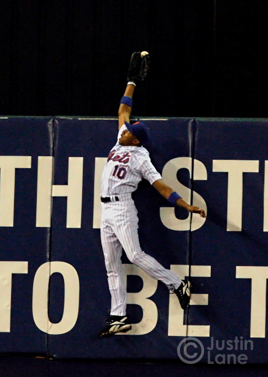epa00844525 New York Mets' Endy Chavez catches what would have been two run home run by the Cardinals' Scott Rolen to end the top of the sixth inning of game seven of the National League Championship Series between the St. Louis Cardinals and the New York Mets at Shea Stadium in Flushing, New York on Thursday 19 October 2006.  EPA/JUSTIN LANE