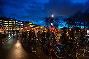 Bij een verkeerslicht in Utrecht is het druk met fietsers.<br /> <br /> In Utrecht it's crowded with cyclists near a traffic light.