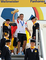 Fotball<br /> Tyskland<br /> 15.07.2014<br /> Tyskland feirer VM-gull i Berlin<br /> Foto: Witters/Digitalsport<br /> NORWAY ONLY<br /> <br /> Philipp Lahm mit Pokal<br /> Fussball WM 2014 in Brasilien, Weltmeister Deutschland, Ankunft DFB-Nationalmannschaft am Flughafen Berlin-Tege