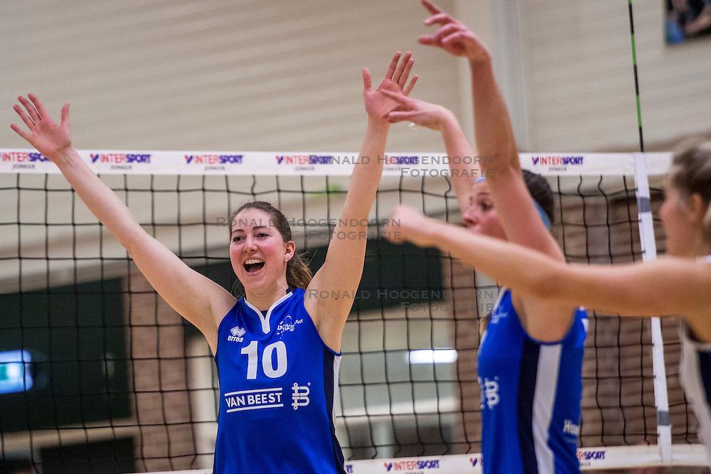 11-02-2017 NED: Coolen Alterno - Sliedrecht Sport, Apeldoorn<br /> Sliedrecht verslaat Alterno in 3 sets (22-25, 22-25 en 21-25) / Carlijn Ghijssen-Jans #10 of Sliedrecht Sport