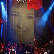 Radio 2 Gala vh Nederlandse Lied 2005, Sarah Bettens op blote voeten zingend