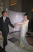 Jamie Theakston and Erin O'Connor, British Fashion Awards, V. & A. Museum. 2 November 2004. ONE TIME USE ONLY - DO NOT ARCHIVE  © Copyright Photograph by Dafydd Jones 66 Stockwell Park Rd. London SW9 0DA Tel 020 7733 0108 www.dafjones.com