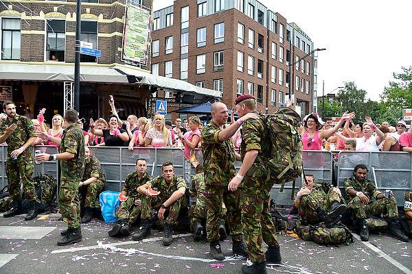 Nederland, Nijmegen, 16-7-2014 Deelnemers aan de 4daagse, vierdaagse, lopen op de tweede dag, de dag van Wijchen, over de voerweg naar de finish op de wedren. Het laatste stuk van het parcours loopt over de Waalkade en door de stad, de Hertogstraat, waar ook de zomerfeesten plaatsvinden. Traditioneel de roze woensdag met als gangmaker entertainer Bennie Solo.The International Four Day Marches Nijmegen is the largest marching event in the world. It is organized every year in Nijmegen mid-July as a means of promoting sport and exercise. Participants walk 30, 40 or 50 kilometers daily, and receive a medal, Vierdaagsekruisje. The maximum paticipants is 45,000 . Foto: Flip Franssen/Hollandse Hoogte