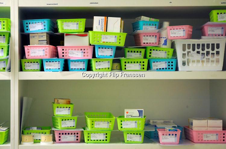 Nederland, Nijmegen, 25-11-2017Geneesmiddelen, medicijnen in een apotheek. Bakjes met medicijnen die besteld zijn en klaar staan om afgehaald te worden.Foto: Flip Franssen