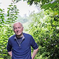 Nederland, Driemond, 3 juni 2016.<br />Gedragsbioloog en schrijver Maarten 't Hart in zijn tuin in warmond.<br /><br /><br /><br />Foto: Jean-Pierre Jans