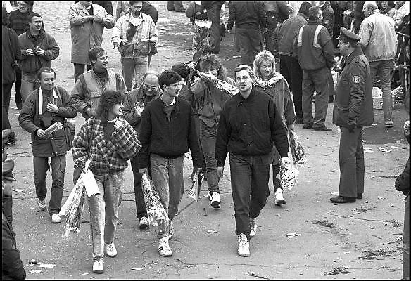 Duitsland, Berlijn, 12-11-1989Val van de Muur, Mensenmassa bij een opening in de muur op de Potsdamer Platz.In de voorgaande nacht haastig opgezette doorlaatpost. DDR, einde koude oorlog. Inwoners van west berlijn verwelkomen de oost duitsers. West-Berlijn, grens Oost-Duitsland en West-Duitsland.Fall of the wall. In the previous night hastily set up at the crossing point Potzdammer Platz. DDR, end cold war. Residents of west Berlin welcome the east Germans. West Berlin, border eastern Germany and West GermanyFoto: Flip Franssen/Hollandse Hoogte
