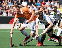 AMSTELVEEN  - Hockey -  1e wedstrijd halve finale Play Offs dames.  Amsterdam-Bloemendaal (5-5), Bl'daal wint na shoot outs.  Caspar van Dijk (A'dam)   met Floris Wortelboer (Bldaal) .  COPYRIGHT KOEN SUYK