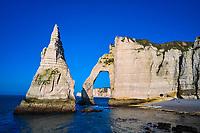 France, Seine-Maritime (76), Pays de Caux, Côte d'Albâtre, Etretat, la falaise d'Aval, l'Arche d'Aval et l'Aiguille // France, Seine-Maritime (76), Pays de Caux, Côte d'Albâtre, Etretat, the cliff of Aval, the Arche d'Aval and the Aiguille (Needle)