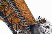 Nederland, Nijmegen, 28-1-2019 Na een vertraging van bijna een jaar is aannemer KWS in opdracht van Rijkswaterstaat begonnen met het bouwen van de steigers onder het wegdek van de oude, iconische Waalbrug . De brug wordt de komene maanden grondig gerenoveerd en opgeknapt. Het onderhoud is hard nodig want op veel plaatsen zijn dikke plakken roest onder meer van opspattend strooizout gevormd . Het bleek dat de oude verf chroom6 bevat waardoor de renovatie is uitgesteld vanwege extra veiligheidsmaatregelen. De brug is gebouwd in 1936 en was toen de langste boorbrug van Europa .Foto: Flip Franssen
