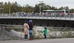 25.09.2015, Grenzübergang, Salzburg, AUT, Fluechtlingskrise in der EU, im Bild Flüchtlinge an der Grenze zu Deutschland auf der Brücke // Migrants on the Bridge to the German Border. Thousands of refugees fleeing violence and persecution in their own countries continue to make their way toward the EU, border crossing, Salzburg, Austria on 2015/09/25. EXPA Pictures © 2015, PhotoCredit: EXPA/ JFK