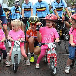 01-09-2017: Wielrennen: Boels Ladies Tour: Weert  <br />Annemiek van Vleuten tussen de deelnemers van de loopfietsrace in Gennep