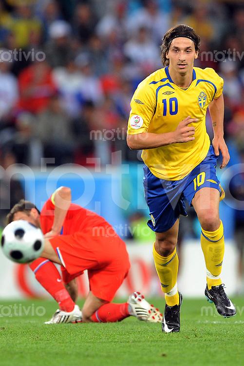 FUSSBALL EUROPAMEISTERSCHAFT 2008  Russland - Schweden    18.06.2008 Zlatan Ibrahivomvic (SWE) stuermt mit dem Ball.