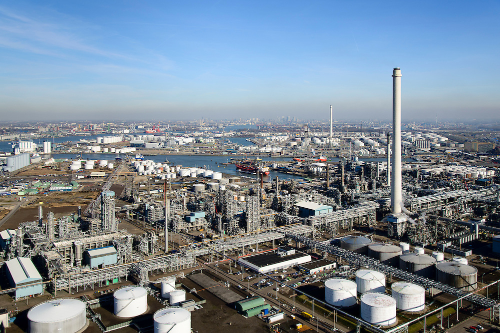 Nederland, Zuid-Holland, Rotterdam, 18-02-2015. Vondelingenplaat, Shell Pernis, de grootste raffinaderij van Europa. Op het terrein bevinden zich ook chemische fabrieken. Eerste Petroleumhaven.<br /> Shell Pernis, the largest refinery in Europe, the site includes several chemical plants.<br /> luchtfoto (toeslag op standard tarieven);<br /> aerial photo (additional fee required);<br /> copyright foto/photo Siebe Swart