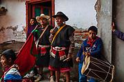 Músicos en la casa de uno de los alférez, encargados de organizar el carnaval en Tenejapa, Chiapas.
