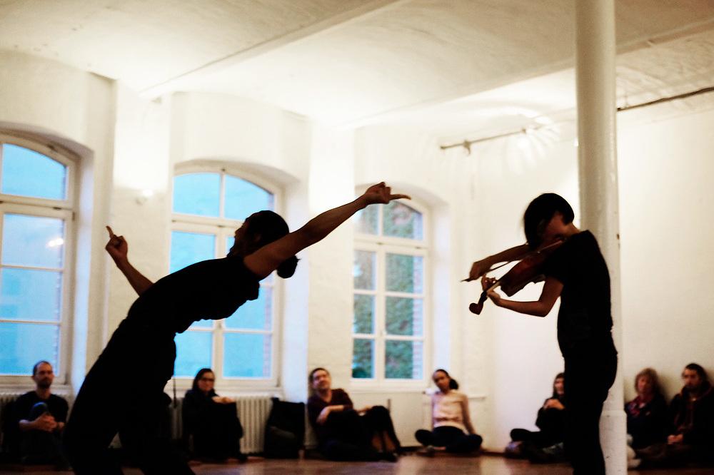 Common Ground: music meets dance   Performance   Tanzfabrik<br /> Improvisations with<br /> Set: Ruben Reniers -Tanz, Rieko Okuda - Keyboard, Viola