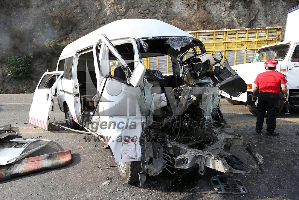 Naucalpan, Mexico.- El chofer de una combi de pasajeros murio y cinco personas resultaron lesionadas al chocar de frente contra un camion tipo Torton a la altura del km 11 de la carretera Naucalpan Toluca. Agencia MVT / Juan Garcia.