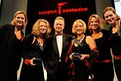 13-12-2010 ALGEMEEN: TOPSPORT GALA AMSTERDAM: AMSTERDAM<br /> In de Westergasfabriek werd het gala van de beste sportman, -vrouw, coach en ploeg gekozen / Wethouder Sport Eric van der Burg tussen de sportploeg, Femke Dekker, Nienke Kingma, Chantal Achterberg en Carline Bouw, en coach van het jaar Susannah Cjayes <br />  2010©2010-WWW.FOTOHOOGENDOORN.NL