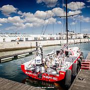 © María Muiña I MAPFRE: El equipo de tierra del MAPFRE termina los preparativos para salir a navegar mañanaen el puerto de Lisboa. MAPFRE shore crew getting ready the boat to go out sailing tomorrow at Lisbon port.