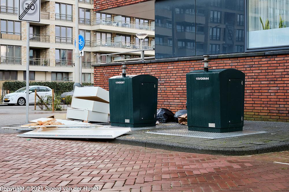 Verkeerd geplaatst afval bij ondergrondse vuilcontainer. | Incorrectly placed waste at an underground waste container.
