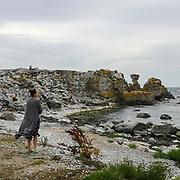 Kvinna vid Holmhällars raukar.<br /> PHOTO © Bernt Lindgren