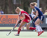 AMSTELVEEN - HOCKEY-  Laurien Leurink (l) van Kampong in duel met Fieke Holman van Pinoke  tijdens de competitie hoofdklasse hockeywedstrijd tussen de vrouwen van Pinoke en Kampong.  COPYRIGHT  KOEN SUYK